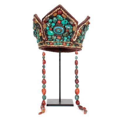 Coiffe en forme de couronne agrémentée d'une...