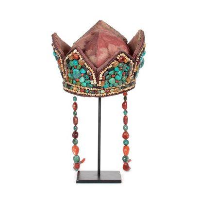 Coiffe en forme de couronne agrémentée d'une multitude de perles en turquoise, cornaline,...