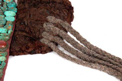 Coiffe « Perac » personnifiant une tête de cobra royal stylisé. Elle est constituée...