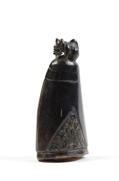 Poire à poudre en corne sculptée et incisée...