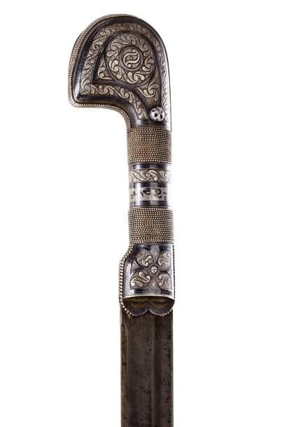 Shashka Sabre caucasien  à poignée caractéristique en argent niellé à décor de rinceaux,...
