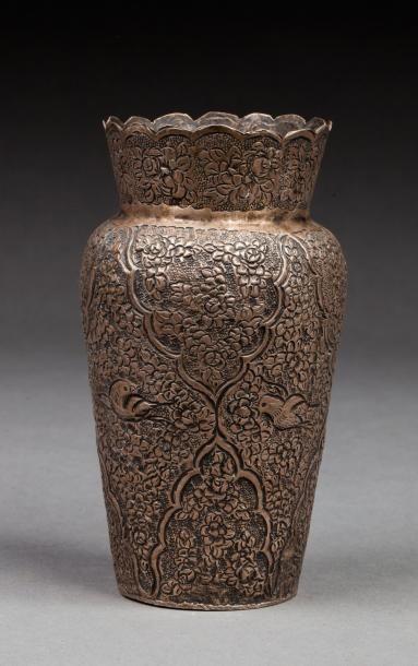 Inde, vers 1900  Vase en argent à décor tapissant...