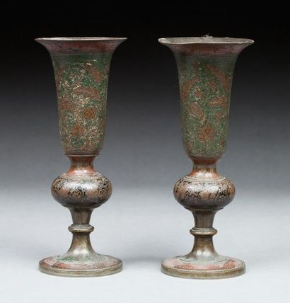 Inde, 20e siècle  Paire de vases en métal...