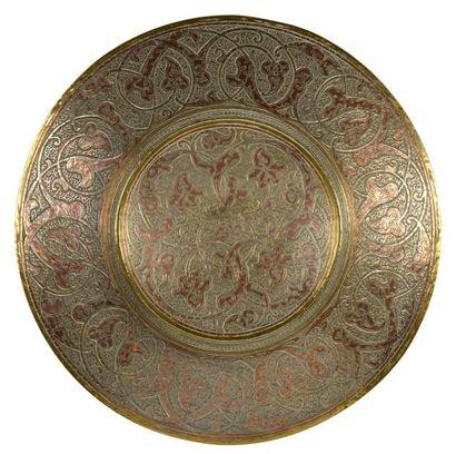 Damas, vers 1920 - 1930.  Grand plat creux...