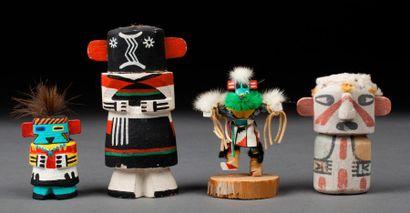 Quatre poupées Kachina en bois léger polychrome....