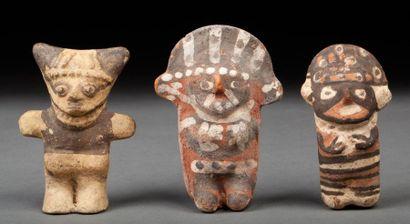 Ensemble de trois figurines anthropomorphes,...