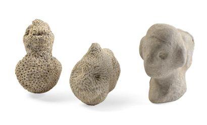 Ensemble de trois figurines en pierre et...
