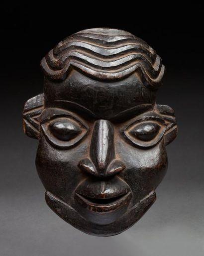 Masque cimier représentant une tête de notable...