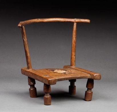 Petite chaise d'excision portant des traces...