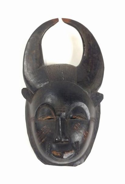 Masque portrait présentant un géni avec corne...