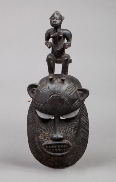 Masque africain en bois représentant une...