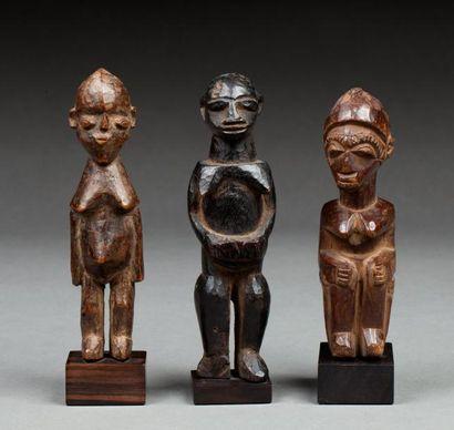 Ensemble de trois statuettes anthropomorphes....