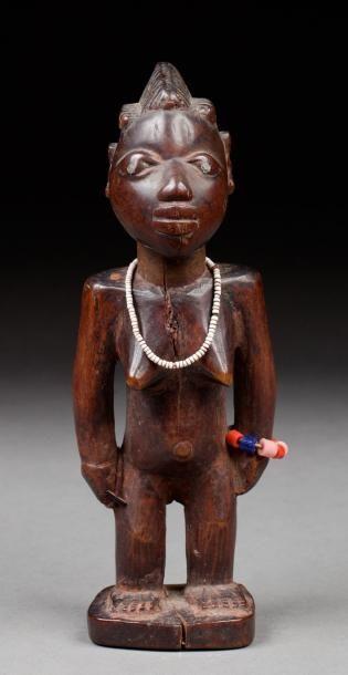 Ibeji féminin représentée debout, le visage...