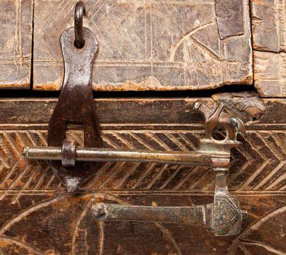 Coffret en bois à décor gravé de motifs étoilés...