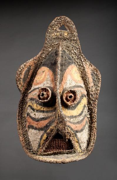 Masque-heaume représentant un visage ancestral,...
