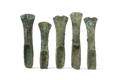 Cinq haches à talons    Bronze à patine croûteuse.  France, Age du Bronze récent,...