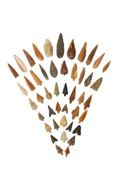 Néolithique, Afrique du Nord.  Lot comprenant six pointes de flèches à ailettes,...