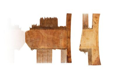 Deux fragments de peigne  en ivoire, à décor...