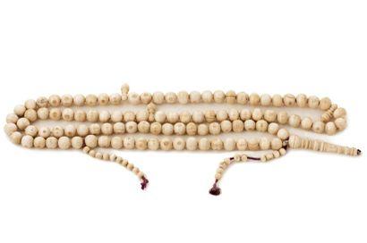 Tesbih  en ivoire composé de cent grains....