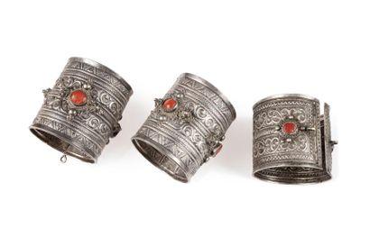 Paire de bracelets et un bracelet Ddah  articulés...