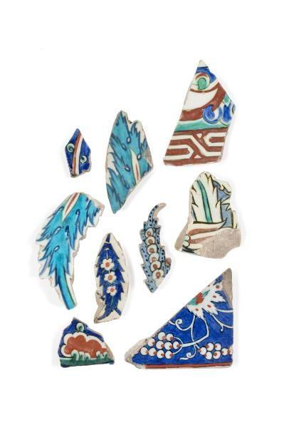 Neuf fragments de carreaux Iznik en céramique...