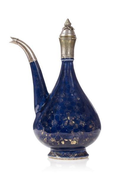 Aiguière avec émail bleu et décor lustré...