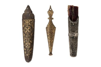 Trois dards d'épées safavides  dont deux en métal incrustés d'or, finement ciselés...