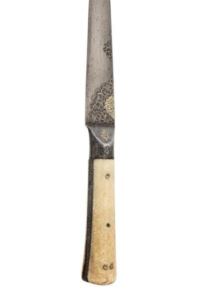 Kard  à poignée à deux plaquettes d'ivoire, la soie et la garde en acier bruni sont...