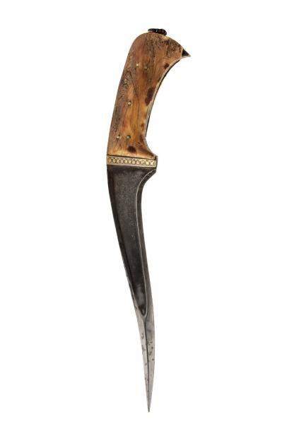 Peshkabz  à poignée à deux plaquettes en ivoire teinté, talon et garde incrustés...