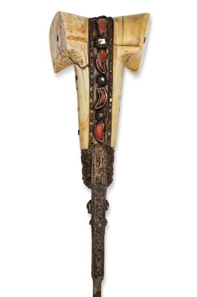 Yatagan ottoman  à poignée à oreillettes en ivoire de morse, la soie ornée de cabochons...