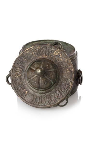 Petit Encrier du Khorassan  cylindrique en forme de mausolée, en fonte de laiton...