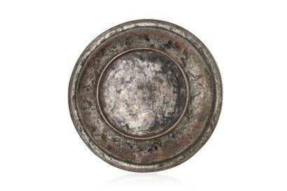 Bassin safavide  en cuivre étamé à décor ciselé d'une shamsah au centre, de médaillons...