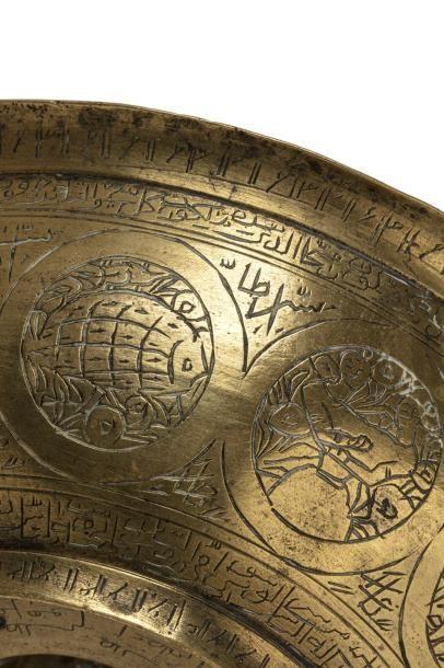 Bol talismanique Qajar  en laiton doré gravé et ciselé de nombreuses inscriptions...