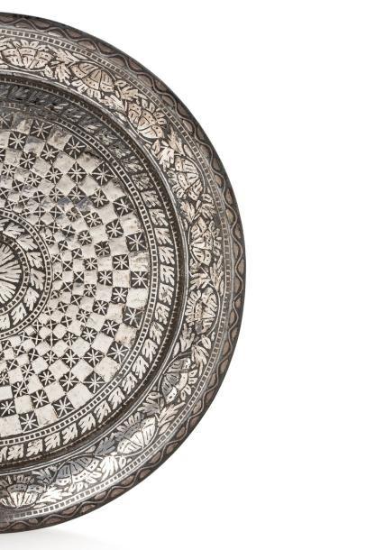 Vase et plateau du Deccan  vase piriforme et plateau circulaire, en bidri incrusté...