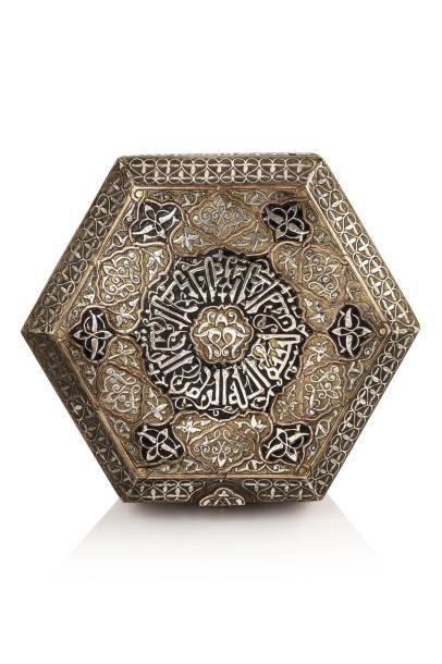 Coffret à Coran  hexagonal sur piedouche, en laiton incrusté d'argent et de cuivre,...