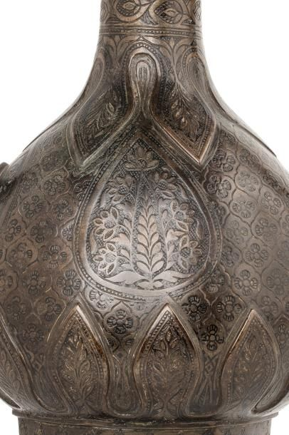 Aftabé moghole  aiguière en bronze moulé à patine brune, quadripode, à panse piriforme,...