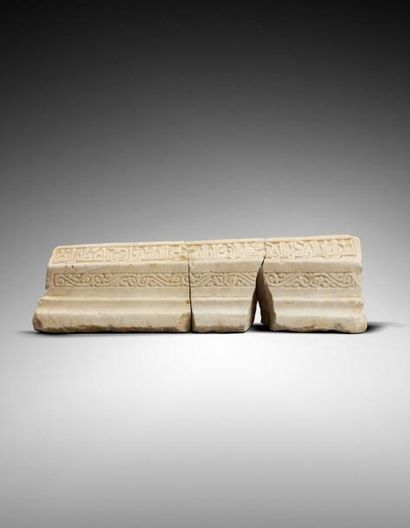 STELE FUNERAIRE FATIMIDE EN MARBRE DU Xie-XIIe SIECLE  en trois parties, sculptée,...