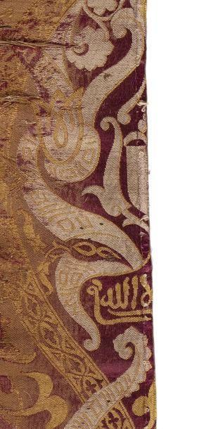 Fragment de lampas nasride  en soie à fond pourpre à décor d'arabesques et de palmettes...