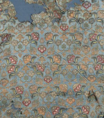 Textile safavide  en satin bleu, broché...