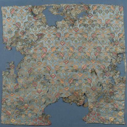 Textile safavide  en satin bleu, broché de soie polychrome, et de fils d'or et...