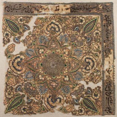 Textile persan  en lin brodé de fils de soie polychrome et de fils d'argent à décor...