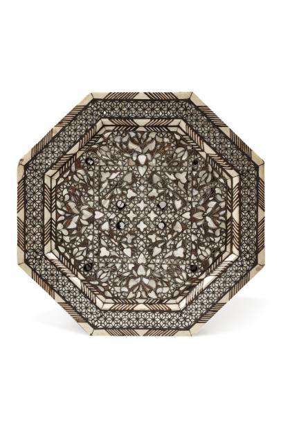Guéridon ottoman  octogonal en bois ajouré incrusté de nacre, d'os et de filets...