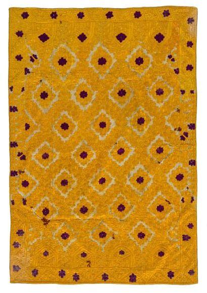 Broderie de Tétouan  en coton brodé de soie jaune et violette à décor de fleurs...