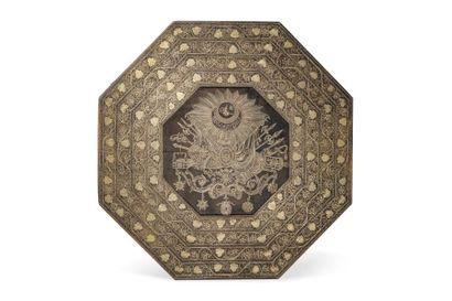 Guéridon par Vortik Potikian  table tripode en bois incrusté de plaques d'argent...
