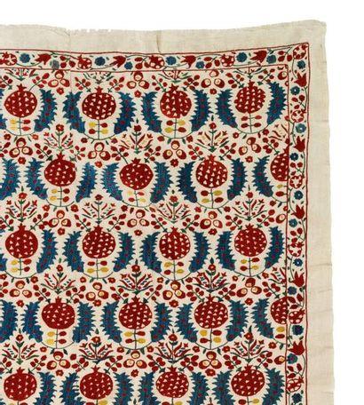 Broderie ottomane  en trois lais, en coton brodé de fils de soie polychrome orné...