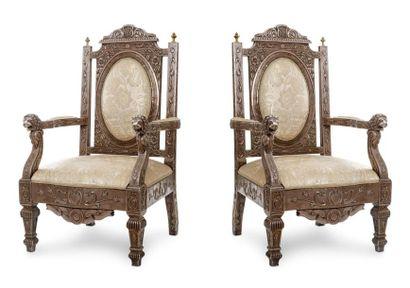 Paire de fauteuils du Gujarat  en argent plaqué sur âme de bois, les accotoirs terminés...