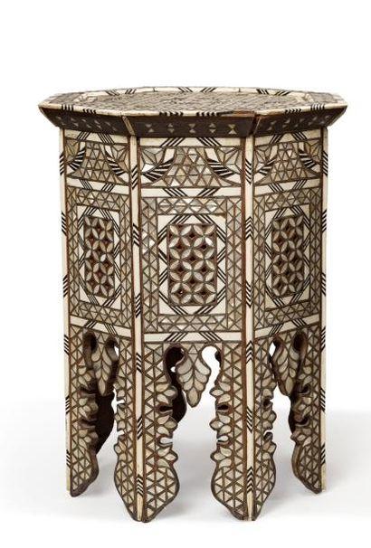 Guéridon syrien  octogonal, en bois incrusté...