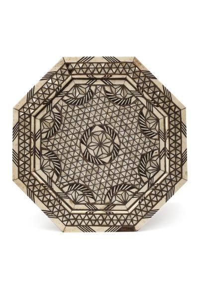 Guéridon syrien  octogonal, en bois incrusté de plaquettes d'os, de nacre, d'ébène...
