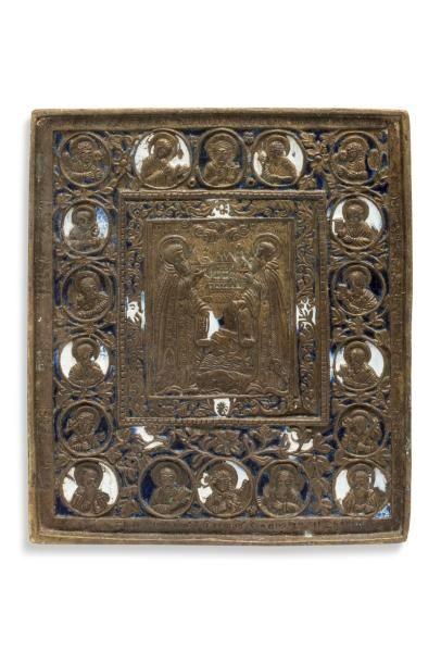 Icône en laiton doré émaillé bleu et blanc représentant au centre deux saints, entourés...