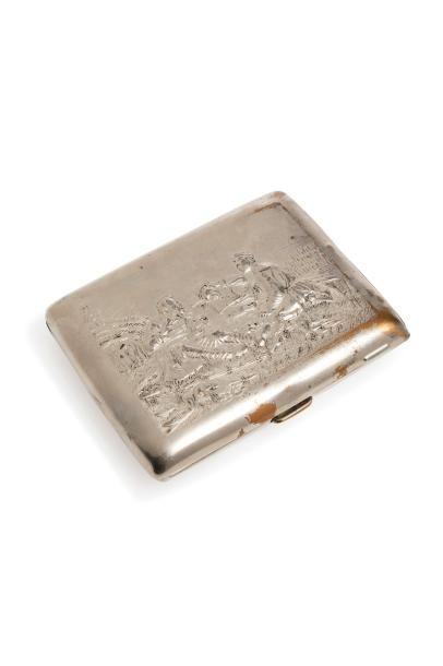 Boite à cigarette en métal argenté à décor...